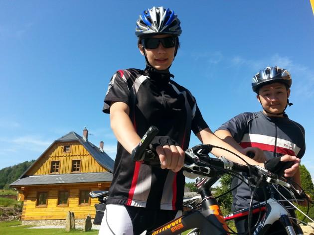 Cyklisti pred roubenkama