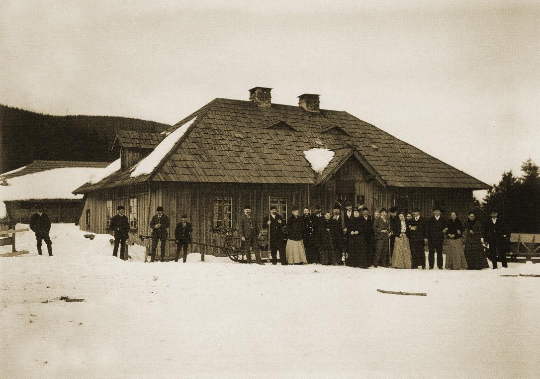 Turisté před starou chatou na Červenohorském sedle